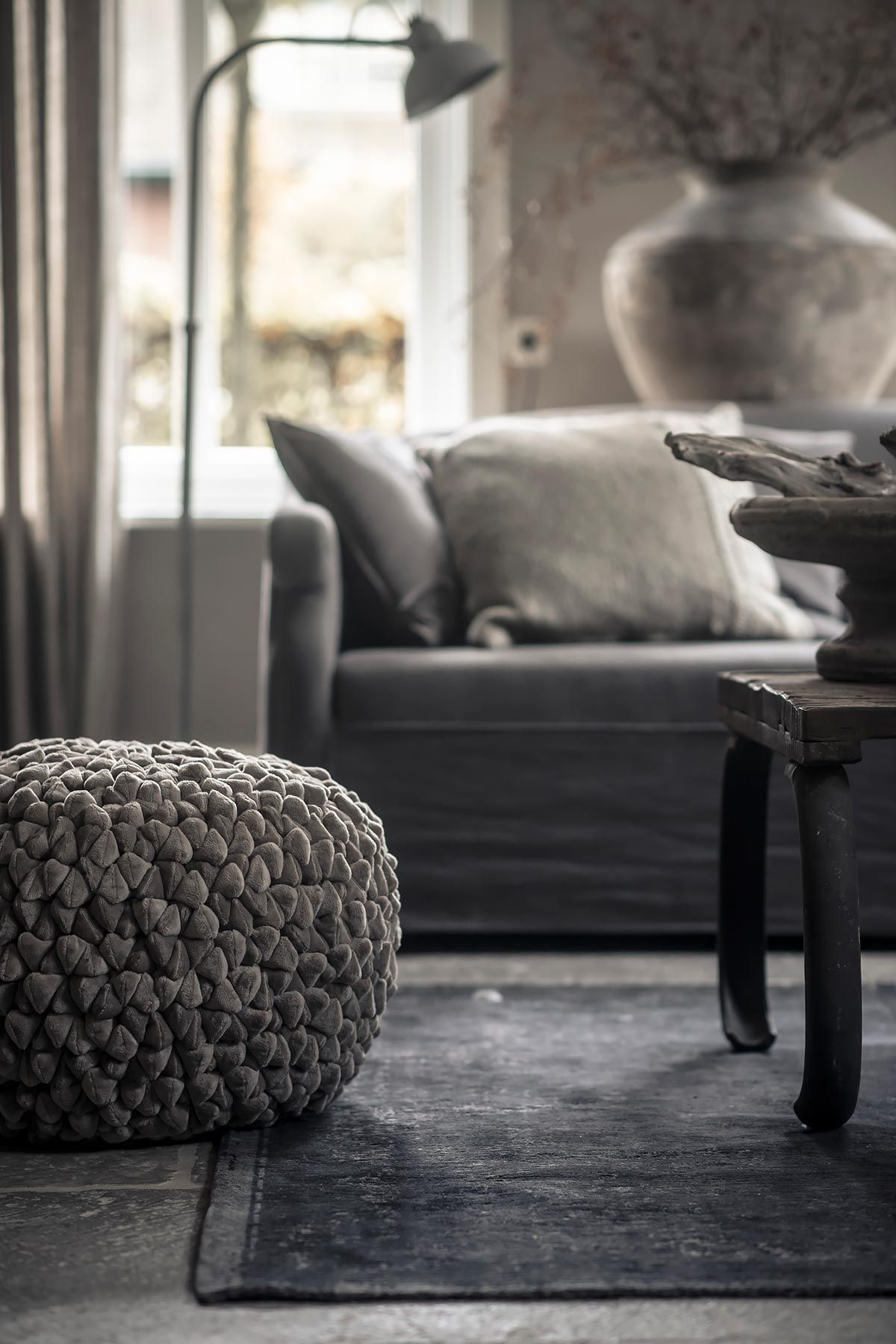 poef velours vintage vloerkleed ton sur ton interieur. Black Bedroom Furniture Sets. Home Design Ideas