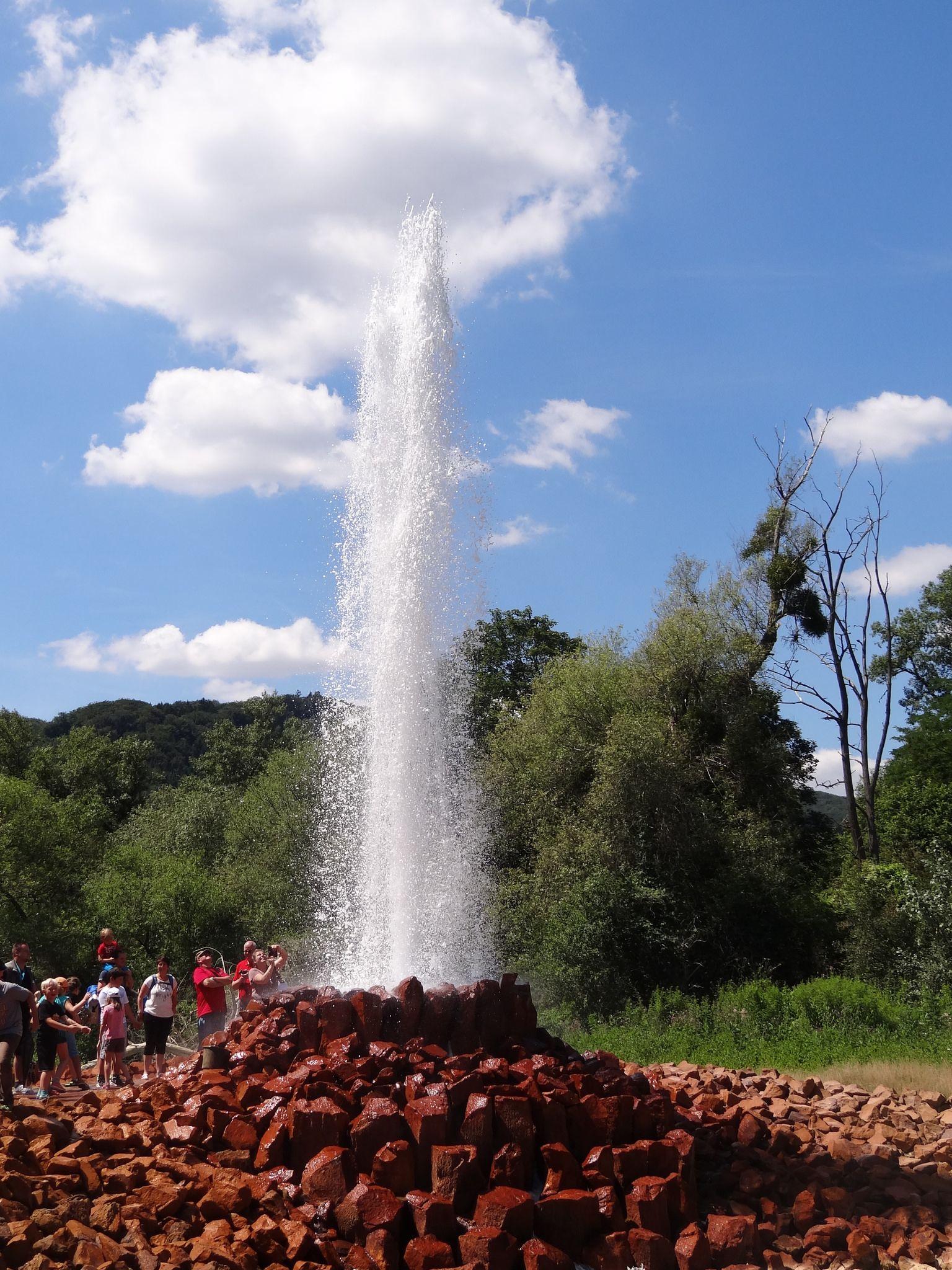 https://flic.kr/p/KxwWYy | Andernach und Geysir | Der Geysir Andernach, anfangs Namedyer Sprudel genannt, der 1903 erstmals erbohrt wurde, ist mit etwa 50 bis 60 Metern Auswurfshöhe der höchste Kaltwassergeysir der Erde. Er befindet sich auf dem Namedyer Werth, einer Halbinsel im Rhein bei Andernach im rheinland-pfälzischen Landkreis Mayen-Koblenz.  Eine Eruptionsdauer des Geysirs beträgt etwa acht Minuten bei einem Intervall von rund 100 Minuten zwischen den einzelnen Ausbrüchen…