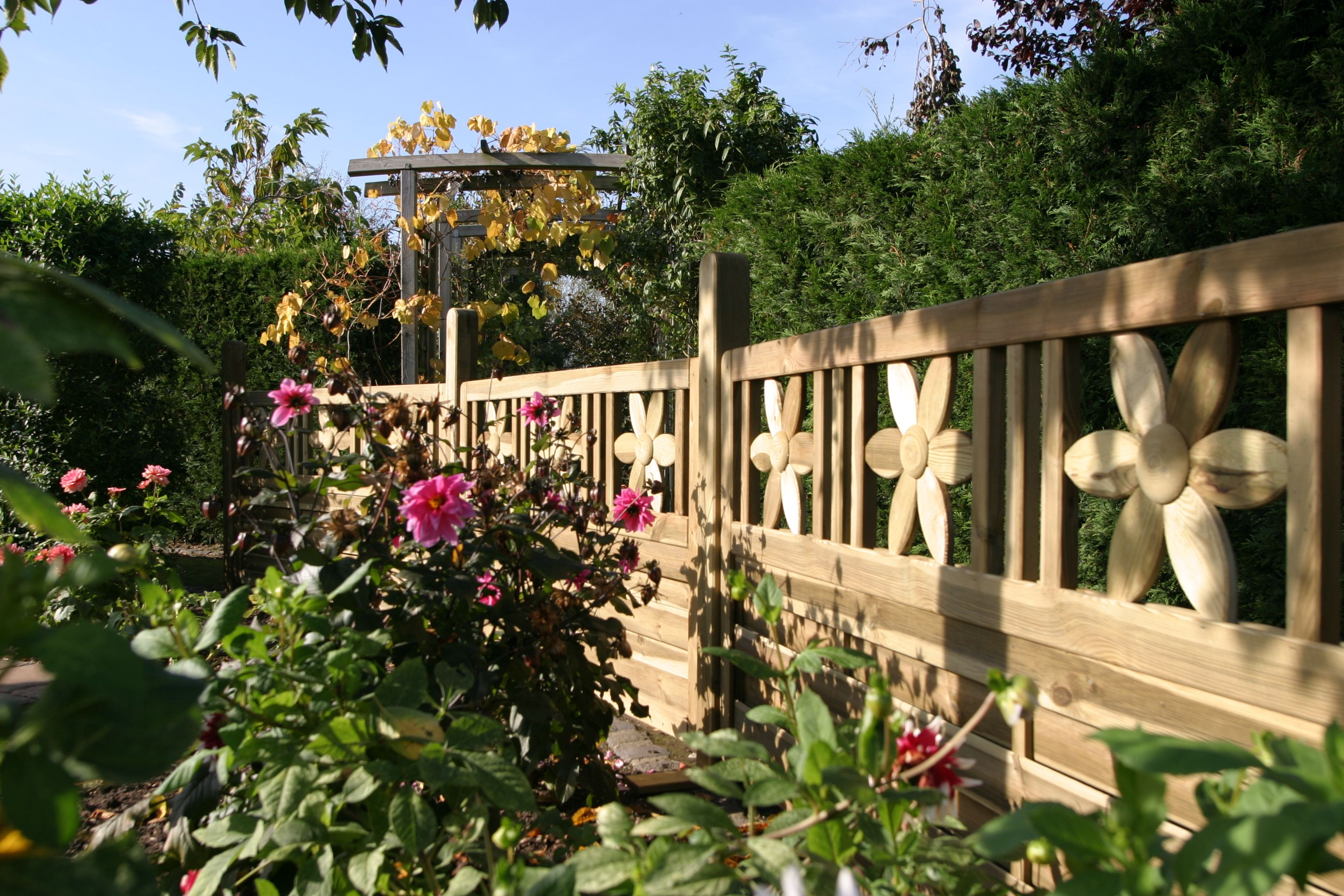 Wunderschönes Ambiente mit dem Zaun Florenz Sichtschutz Holzzaun