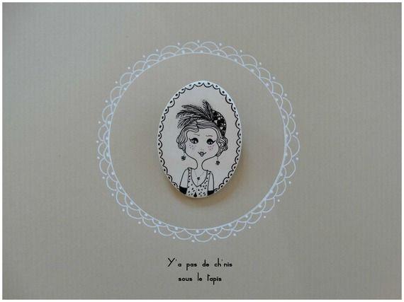 Broche en porcelaine - Madame Huguette.