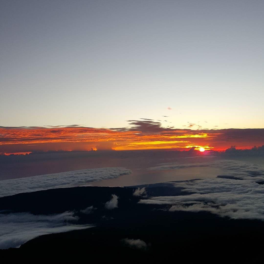 Le soleil se lève  Piton des neiges La Réunion... #nofilter #sunrise #sun #soleil #sky #skyporn #ciel #paysage #landscape #view #lesphotographes #nuages #clouds #cloud #lareunion #reunion #reunionisland #island #iledelareunion #reunionparadis #paradis #paradise  #igersreunion #974 #team974 #voyage #travel #travelling by auroreisa