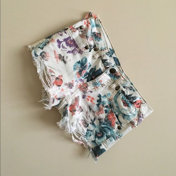 Free People Floral Shorts Perfect for spring summer! Size 24, but I am also a size 25. Perfect fit (on your booty) worn a few times! Free People Shorts Jean Shorts