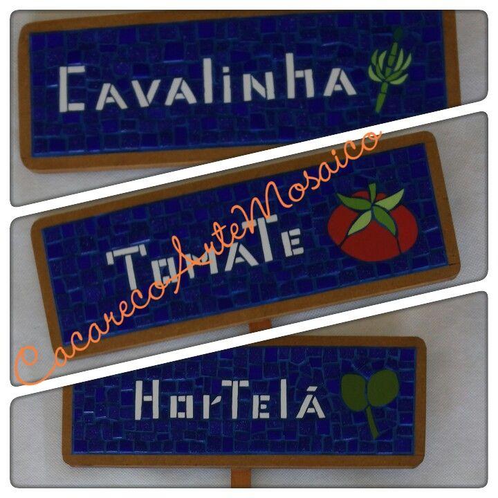 Plaquinhas para horta em mosaico. 0,28 x 0,10. Feitas com azulejos e pastilhas de vidro. www.facebook.com/CacarecoArteMosaico