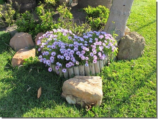 Jardines de casas sencillas buscar con google ideas for Jardines con piedras decorativas y plantas