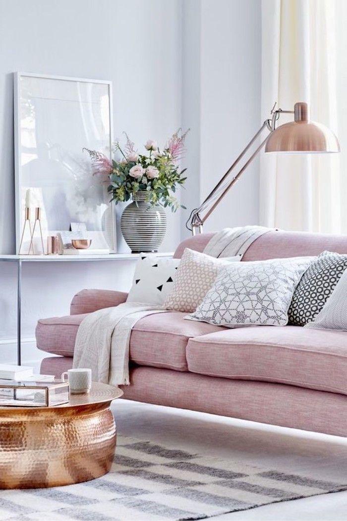 Wohnzimmer In Zarten Pastellfarben, Sofa In Rosa Mit Vielen Deko Kissen,  Wandfarbe Hellblau, Blumenstrauß In Porzellanvase