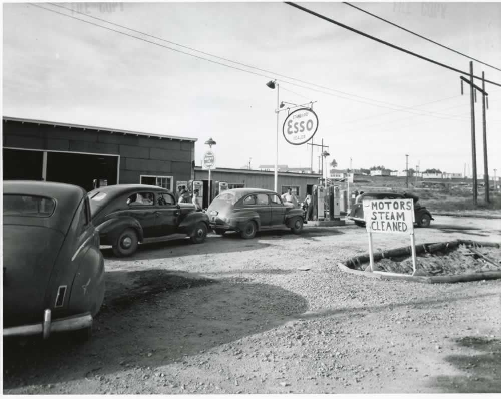 exterior of the esso service station oak ridge with cars lined up at gas pumps 2010 012 0041 oro 91 2 manhattan project manhattan project history oak ridge pinterest