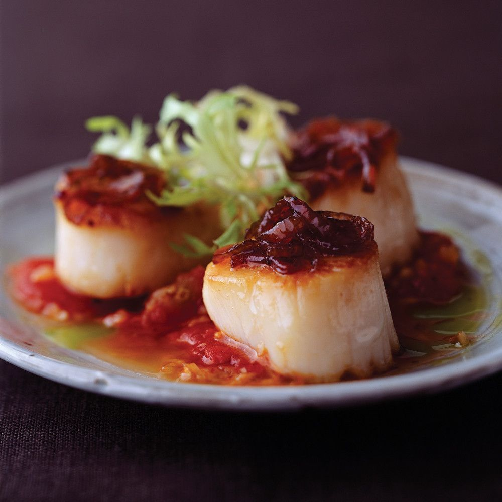 34 Delicious Scallop Recipes: Scallops With Tomato Ragut And Caramelized