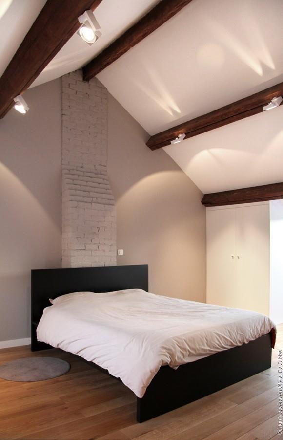 Chambre Moderne Aux Tons Naturels Avec Plafond Poutres Apparentes Et  Parquet Bois Massif Clair.