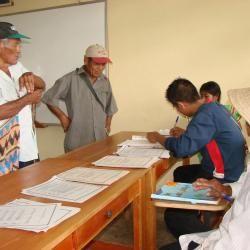 Panameños pertenecientes al pueblo originario gnäbe-buglé, en una votación a nivel local.