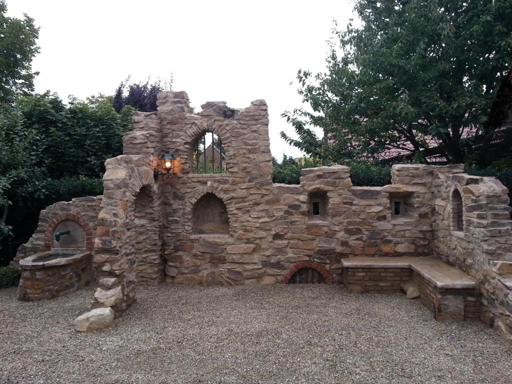 eine gartenmauer im stil einer ruine aus sandstein | diy, Gartenarbeit ideen