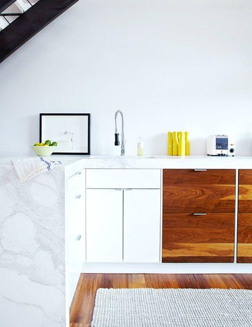 Cocina sin armarios altos en blanco y madera natural con encimera de mármol blanco | Kitchen with white and natural timber cabinetry and white marble bench top · ChicDecó