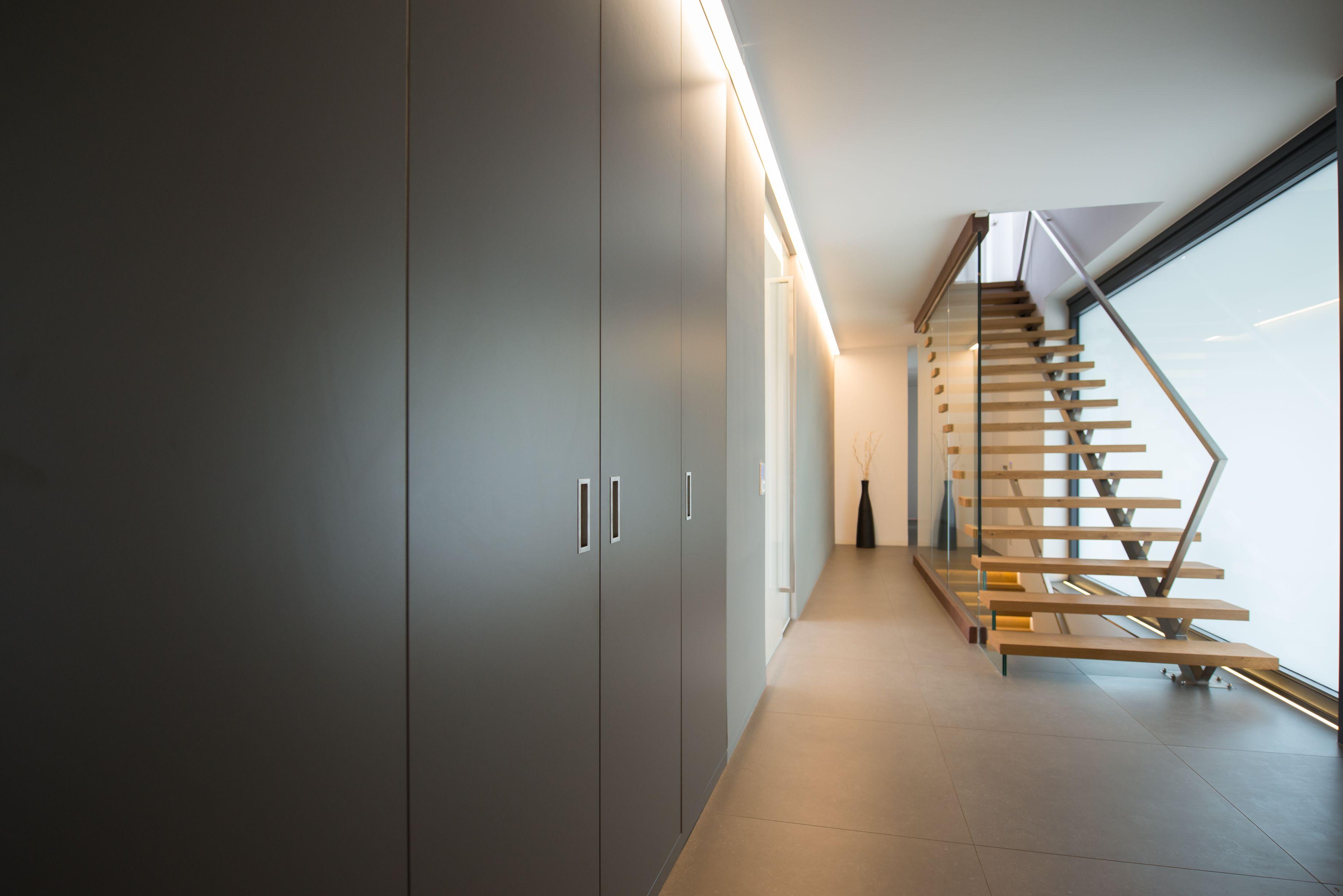 Minimalistische design treppe in moderner architektenvilla