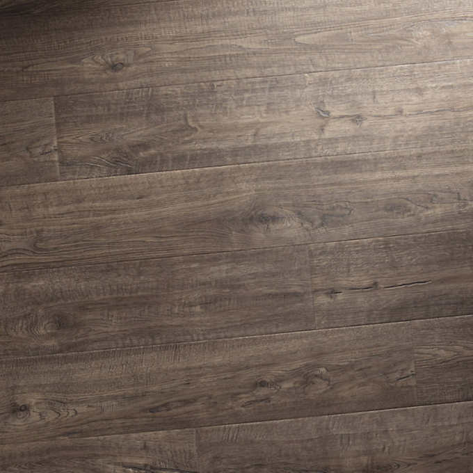 Mohawk Home Southbridge Scraped Oak 10mm Thick Laminate Flooring With Splashdefense Technology 2mm Pad Attached In 2020 Laminate Flooring Oak Laminate Flooring Oak Laminate
