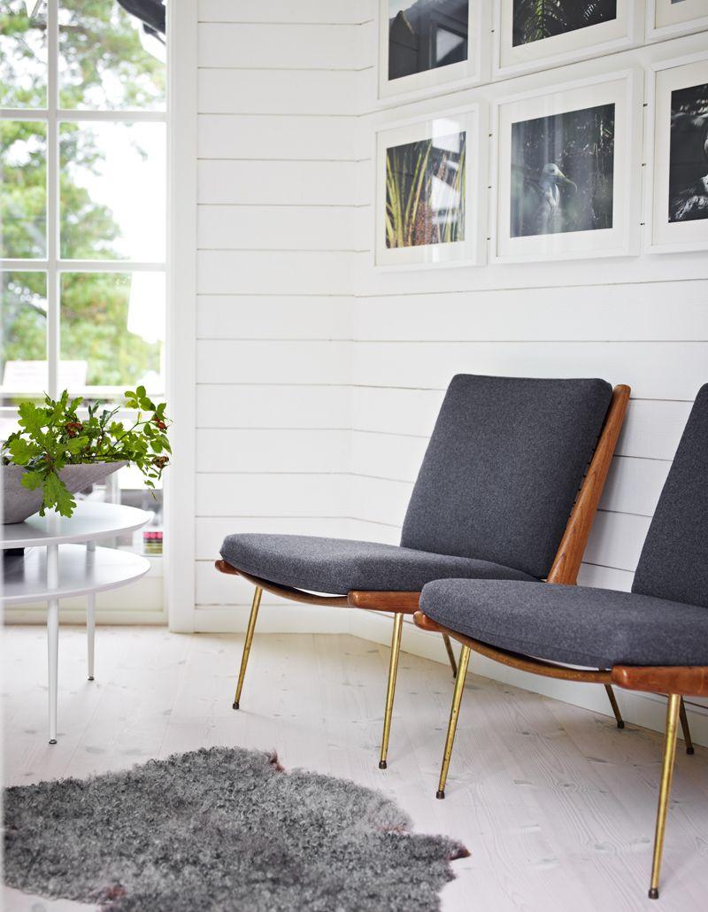 Vitmålad råspont ger levande väggar De danska stolarnaär arvegods, bord från Svenssons i