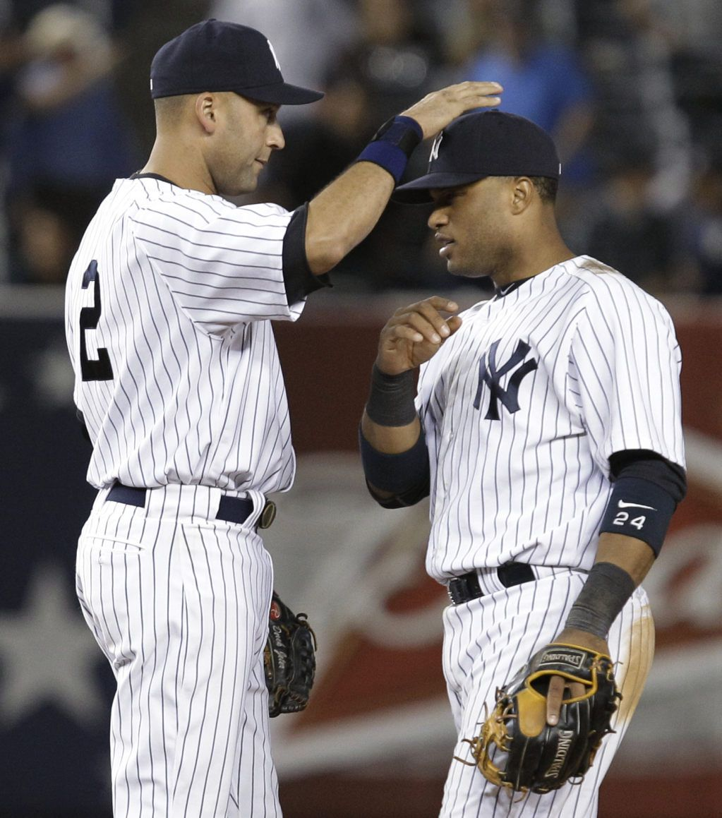 New York Yankees Shortstop Derek Jeter 2 Taps New York Yankees Second Baseman Robinson Cano On The Cap Yankees Baseball New York Yankees Derek Jeter