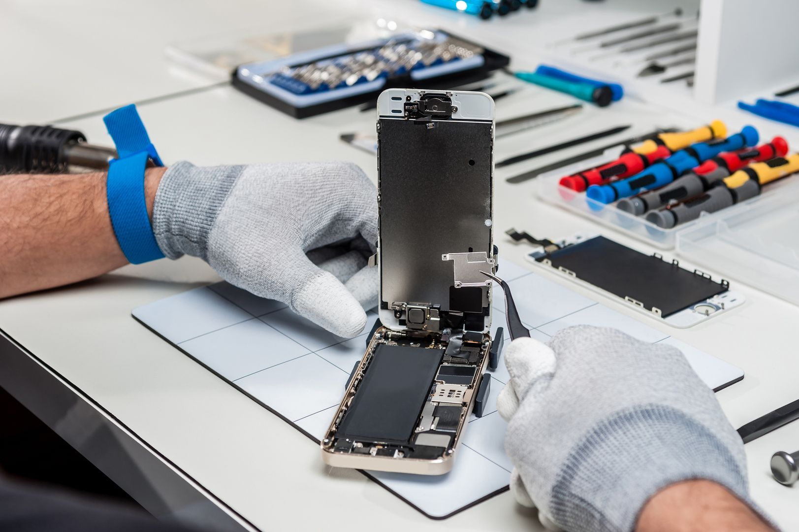 How To Choose An Iphone Repair Shop Iphone Repair Iphone Screen Repair Mobile Phone Repair