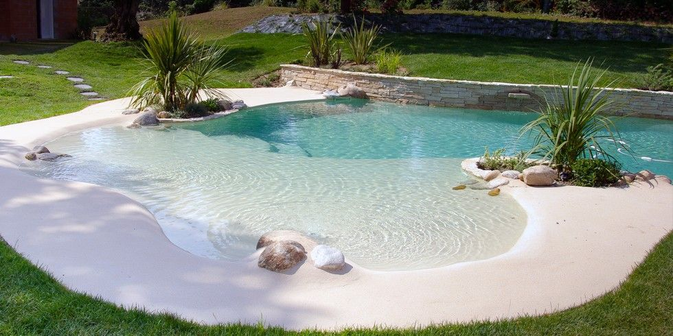 Piscine aspect plage de sable piscines pinterest for Piscine coque resine pas cher