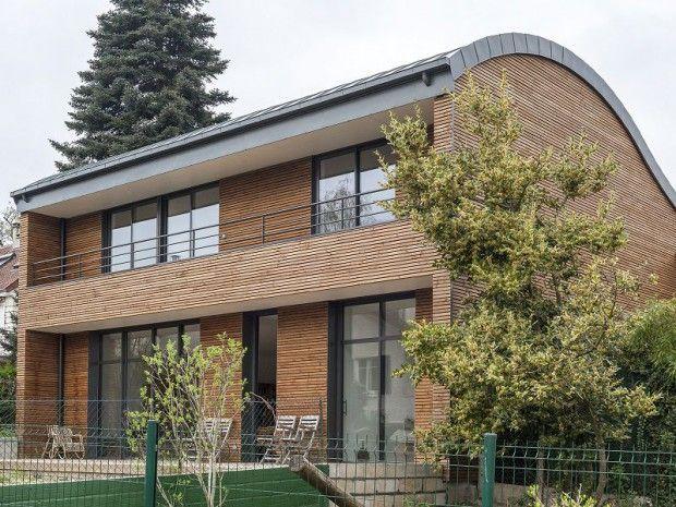 Maison toiture zinc cintrée façade en bardage bois par lu0027architecte
