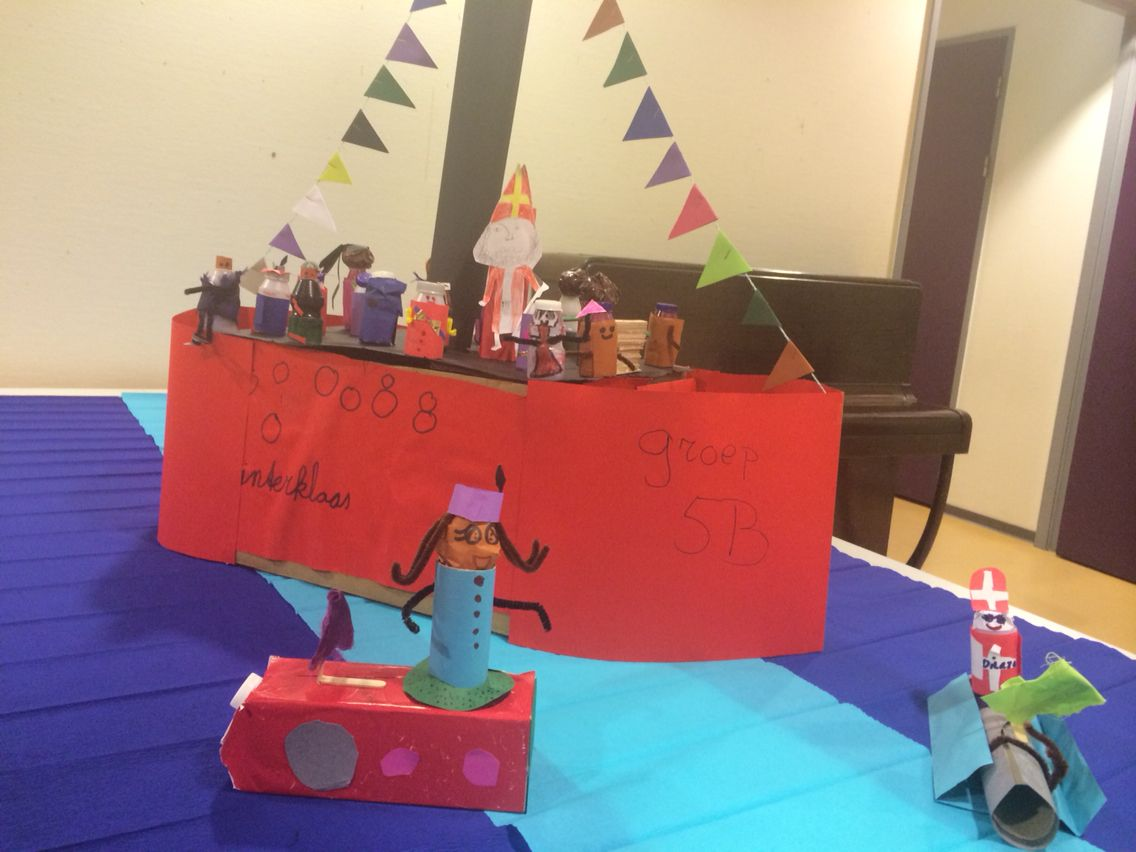 Sinterklaas en pietjes maken van yakult flesjes + boot