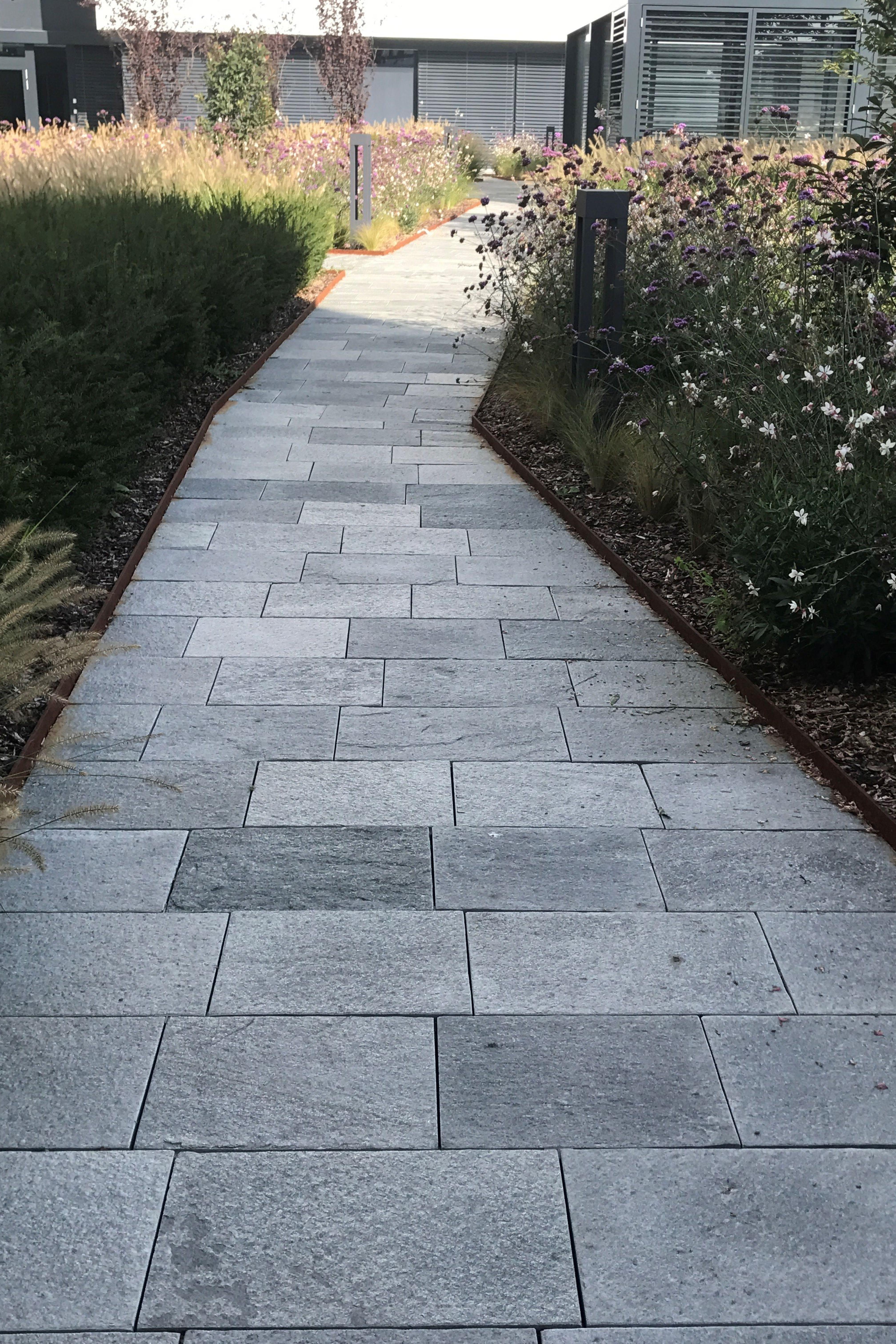 Gehweg Mit Bodenplatten Aus Naturstein Gehweg Naturstein Terrasse Terrasse Bepflanzen