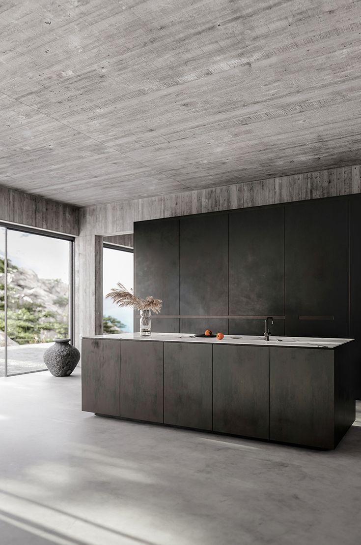 Modernes Haus mit bloßen Betonwänden und einer schwarzen Küche – INTERIORS …