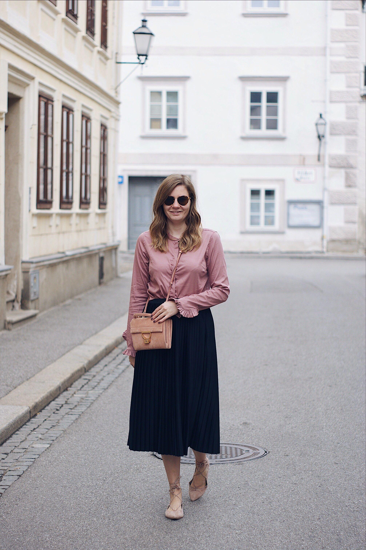 streetstyle herbst outfit mit plisseerock bluse und sling pumps
