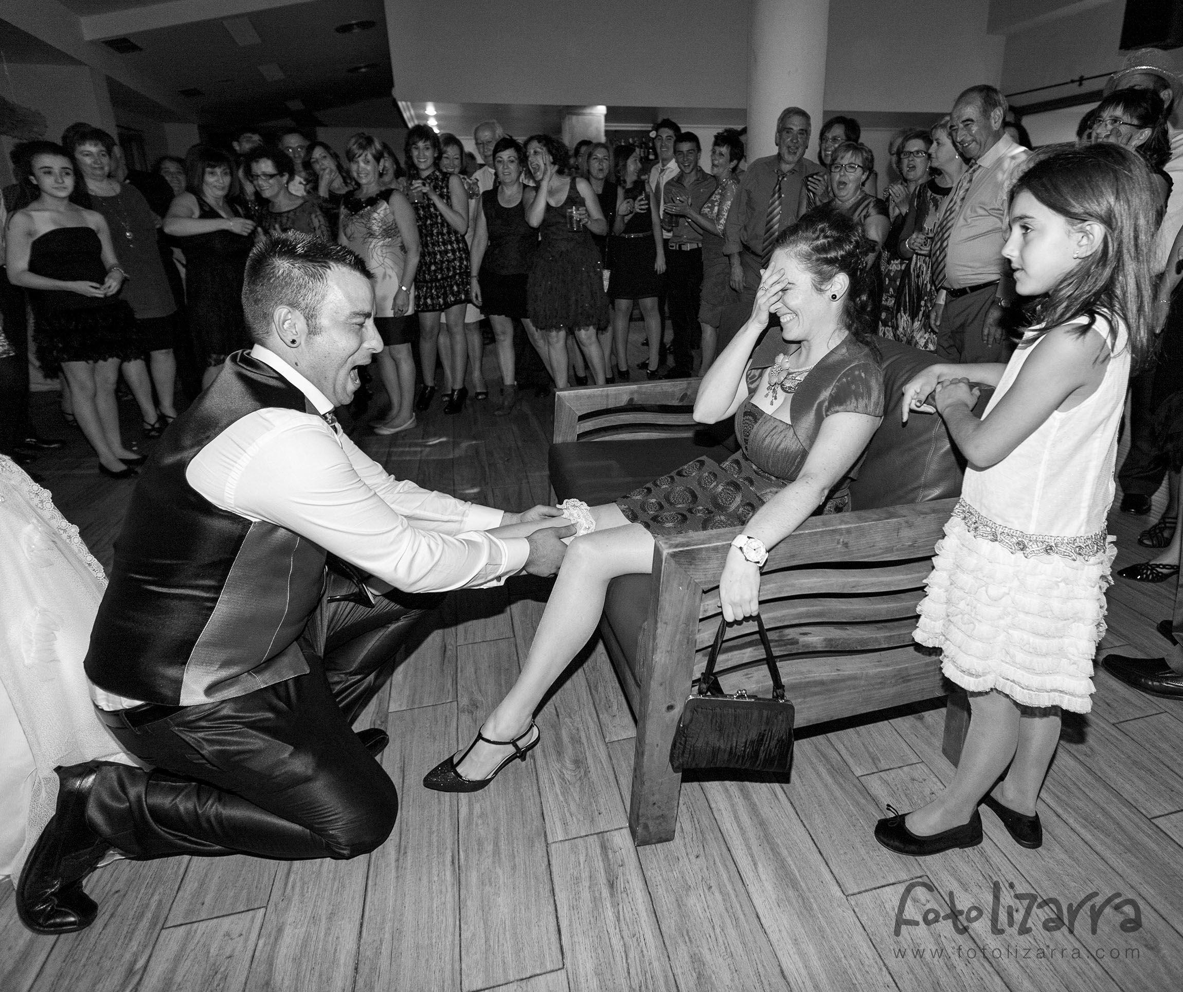 Lo de poner ligas de las novias a las invitadas es todo un arte que los novios tienen que demostrar, sólo hay que ver la cara de Miguel Ángel...