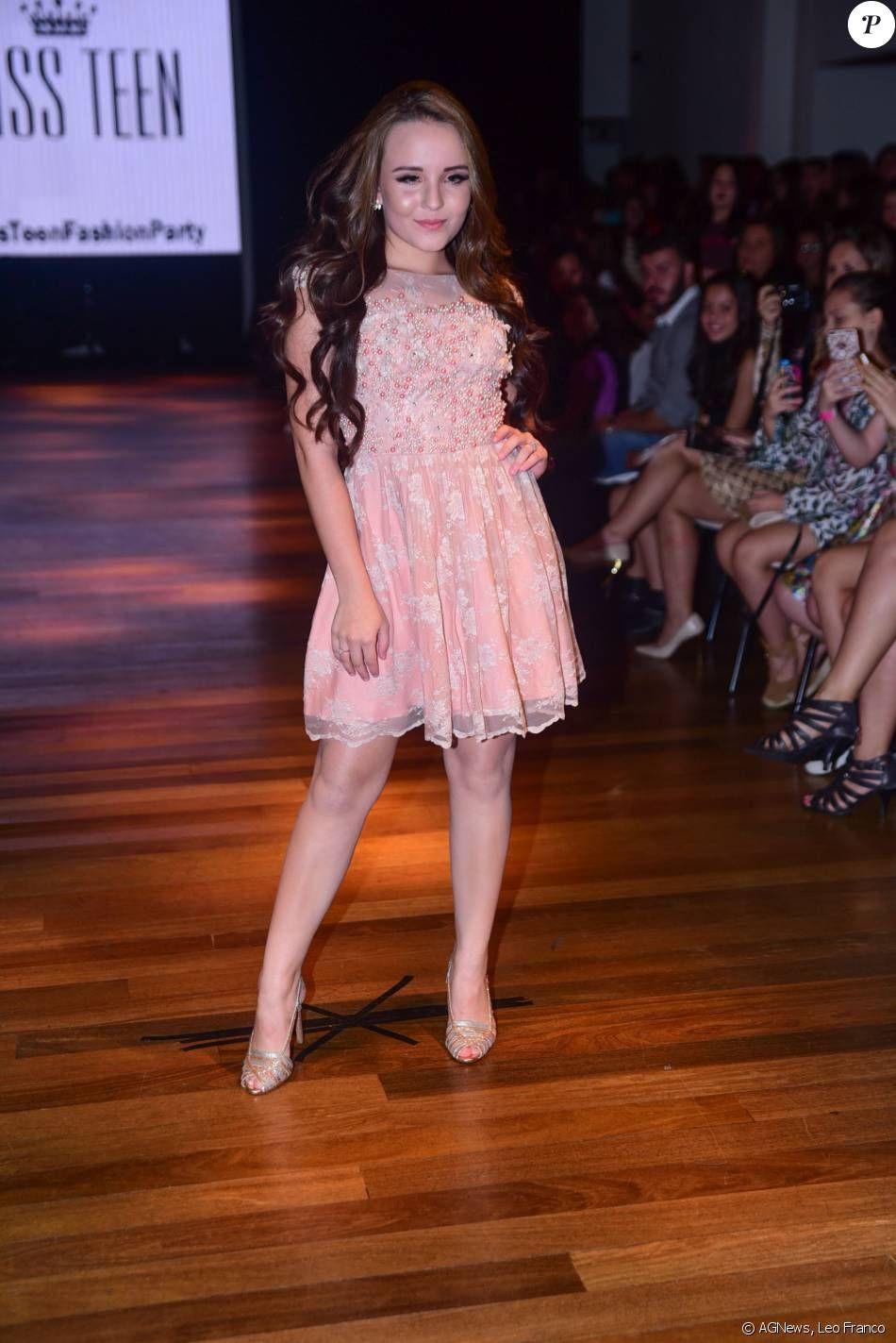208cfaef6fd55 Larissa Manoela desfila sua coleção de roupas para a loja Miss Teen em São  Paulo