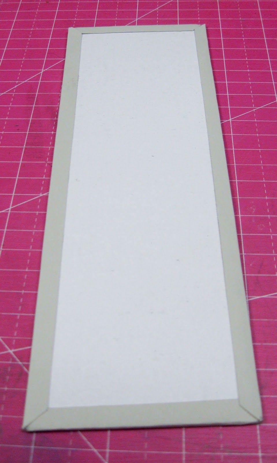 Matériels : Carton de récupération, papiers à motif épais ou carton, des chutes de papier et des photos d'environ 7 x 7cm.        Étape...