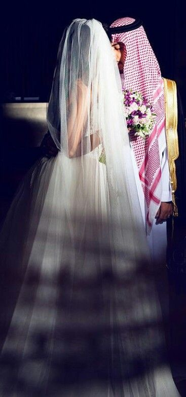 Pin By Naadiyah On Arab Couples 1 Sparkle Wedding Dress Wedding Dress Sketches Cute Muslim Couples