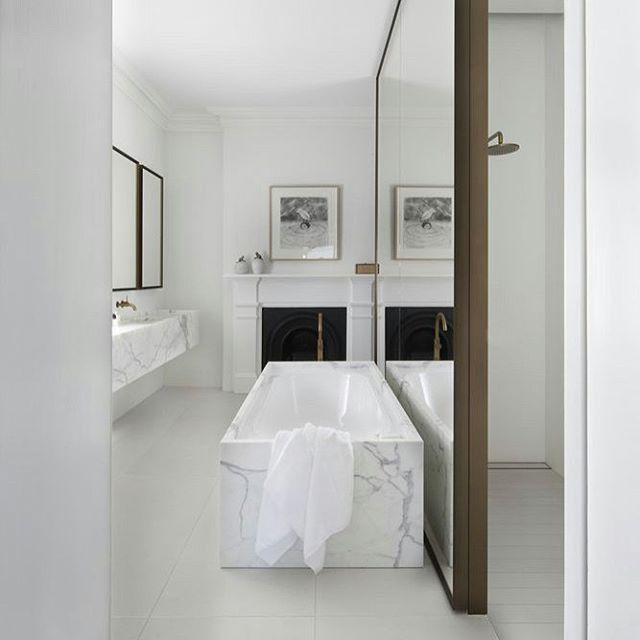 Geweldig die spiegel scheidingsmuur in deze badkamer van een Victoriaanse villa! Meer foto's in bio link! #badkamer #bathroom #badezimmer #badrum #interior #interieur #industrial #interior123 #interior4all #bolig #boligpluss #boligindretning