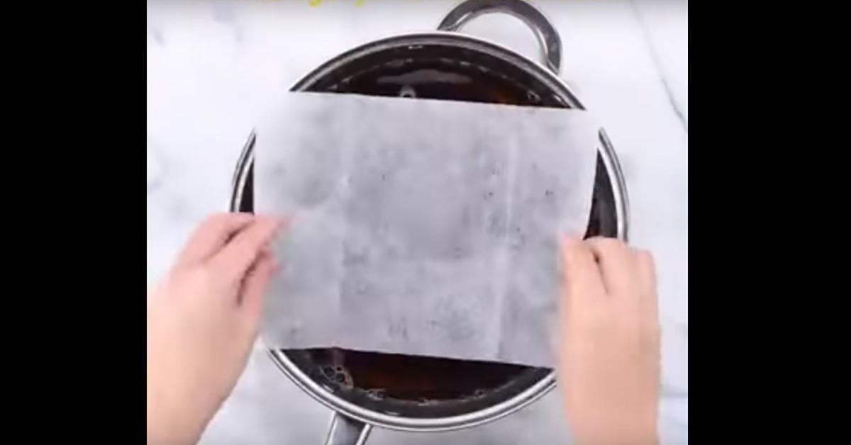 astuce pour nettoyer facilement les casseroles cocottes po les br l es une feuillle impr gn e d. Black Bedroom Furniture Sets. Home Design Ideas
