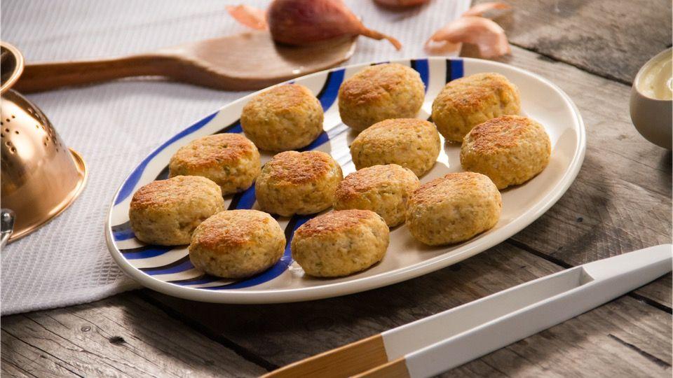 Receta con instrucciones en video: Las croquetas más fáciles y sabrosas que harás Ingredientes: 500 gr. de salmón, 25 gr. de parmesano, 70 gr. de pan rallado, 1 Echalote, 1 cda. de salsa inglesa, 1 huevo, 1 cda. de alcaparras, Aceite de oliva, Mayonesa