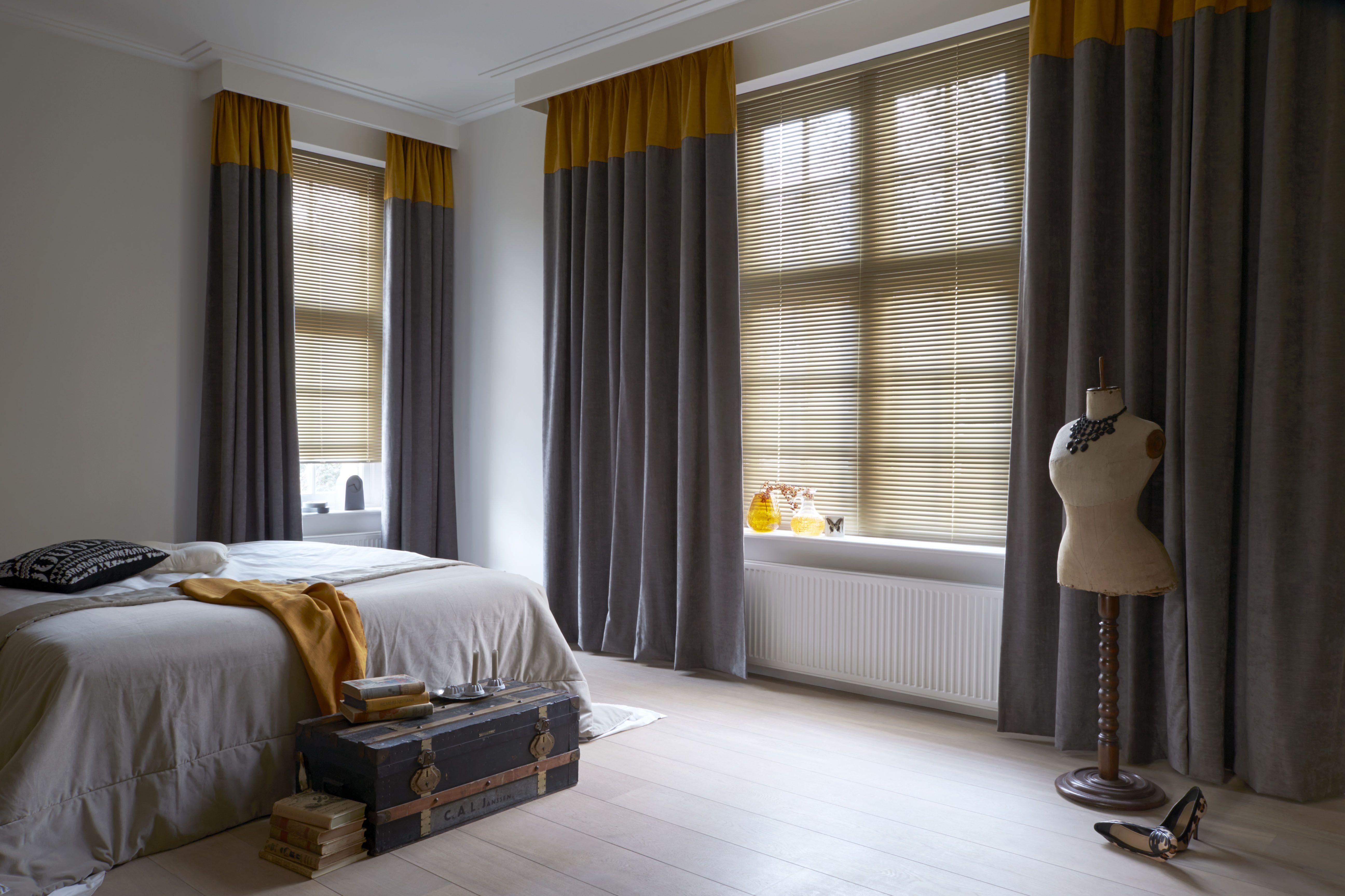 Raamdecoratie in de kleuren oker en grijs. #raamdecoratie #gordijnen ...