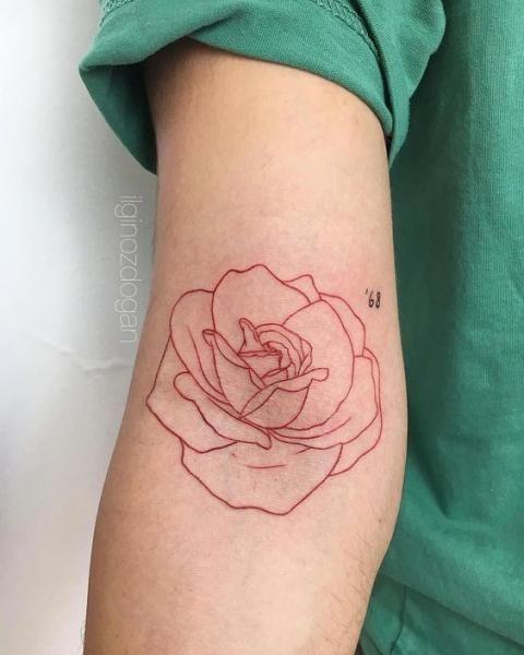 Le tatouage à l'encre rouge, la tendance qui cartonne