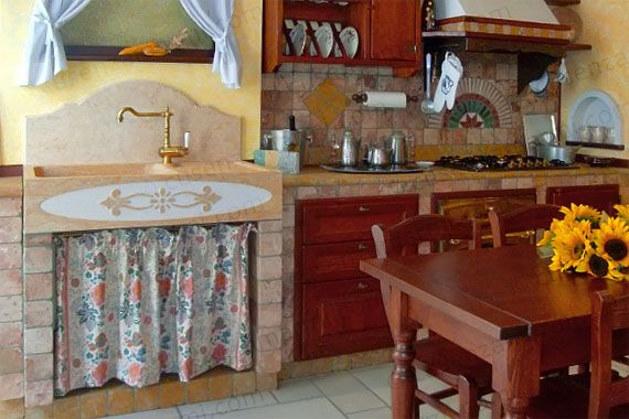 Lavello in marmo giallo cleopatra in una cucina in muratura ...