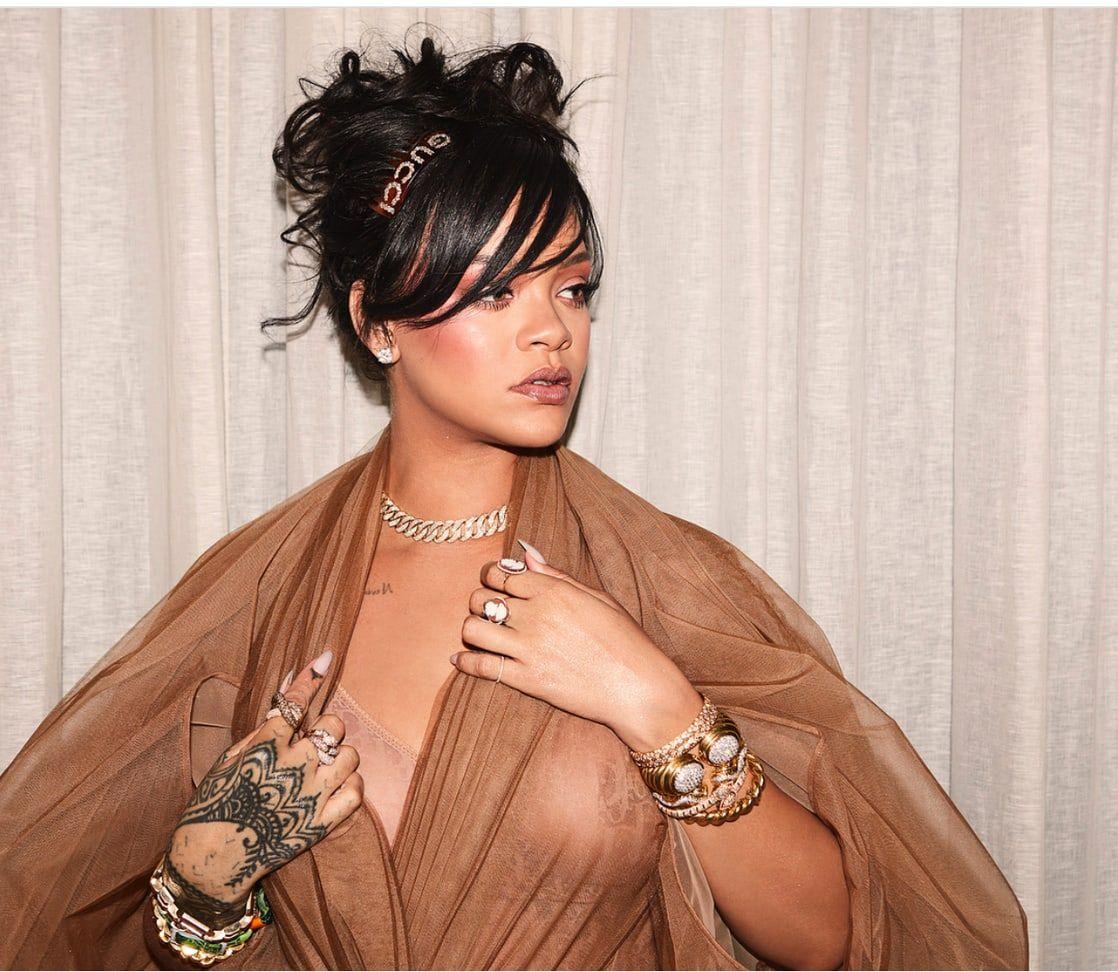 Il look di Rihanna al Coachella aveva laccessorio da drink definitivo per tutte Il look di Rihanna al Coachella aveva laccessorio da drink definitivo per tutte new images