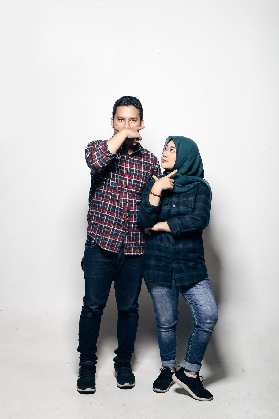 Hijab Couple Casual Prewedding Studio Photoshoot In Flanel Shirt Kaos Foto Pernikahan Lucu Foto Tunangan