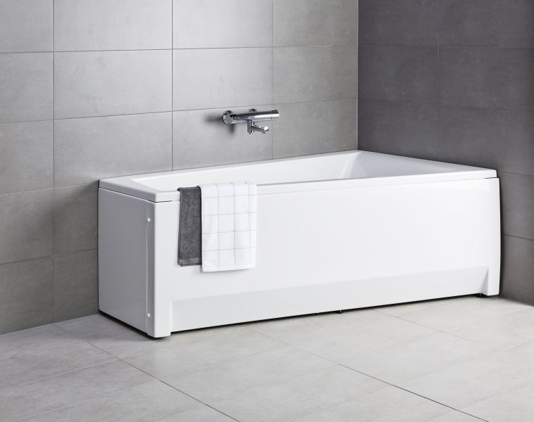 Suorakaiteen muotoinen epäsymmetrinen amme luo tilaa pieneen kylpyhuoneeseen.