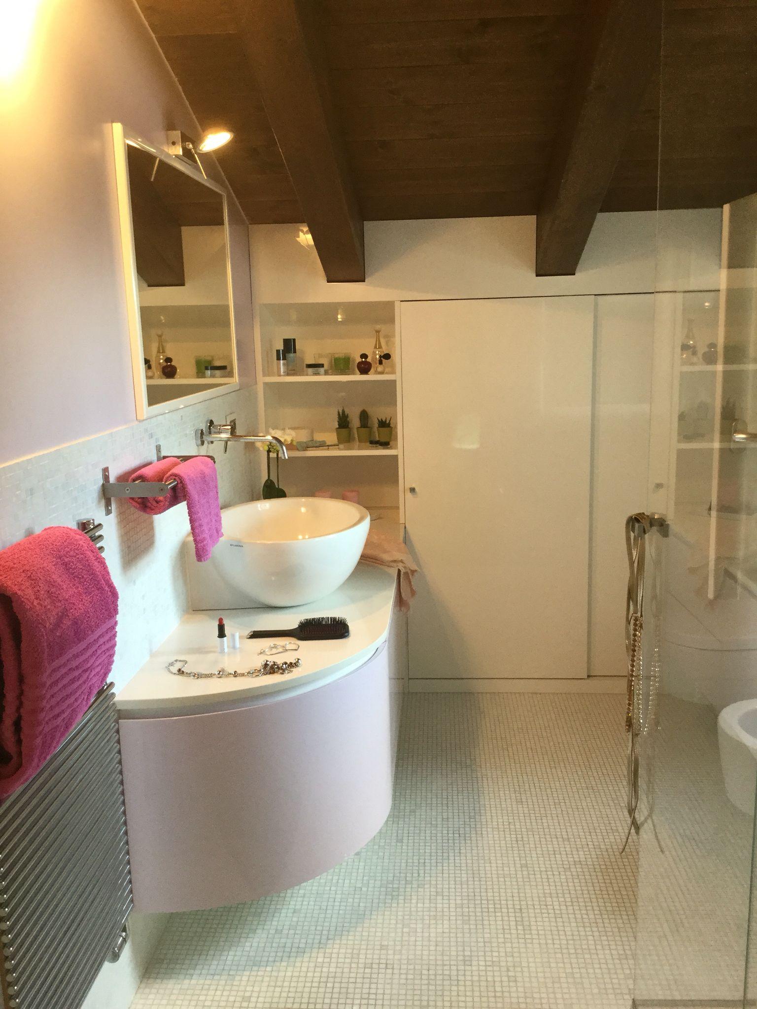 Arredo bagno personalizzato per mansarda laccato lucido bianco e glicine costituito da una parte ...