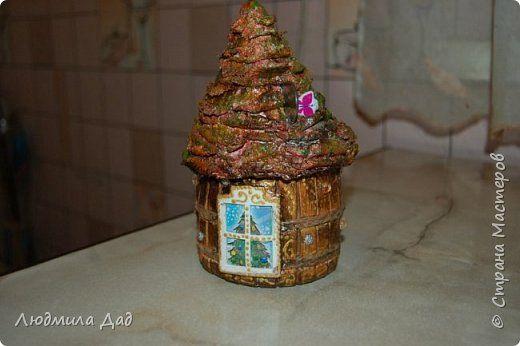 Вот такой маленький домик копилка получился .Бабочка вставлена , что ребенок увидел куда деньги бросают. фото 1