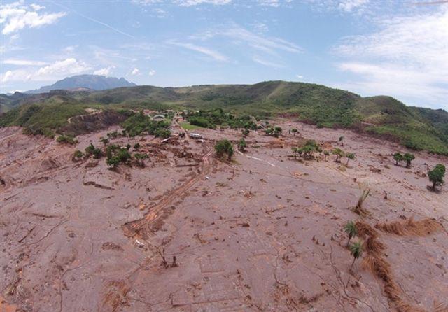 Der Dammbruch des Abbaubeckens der Eisenerzmine von Bento Rodrigues vor zwei Wochen weitet sich zu einer der größten Umweltkatastrophen in der Geschichte des Landes aus. Medien sprechen mittlerweil…