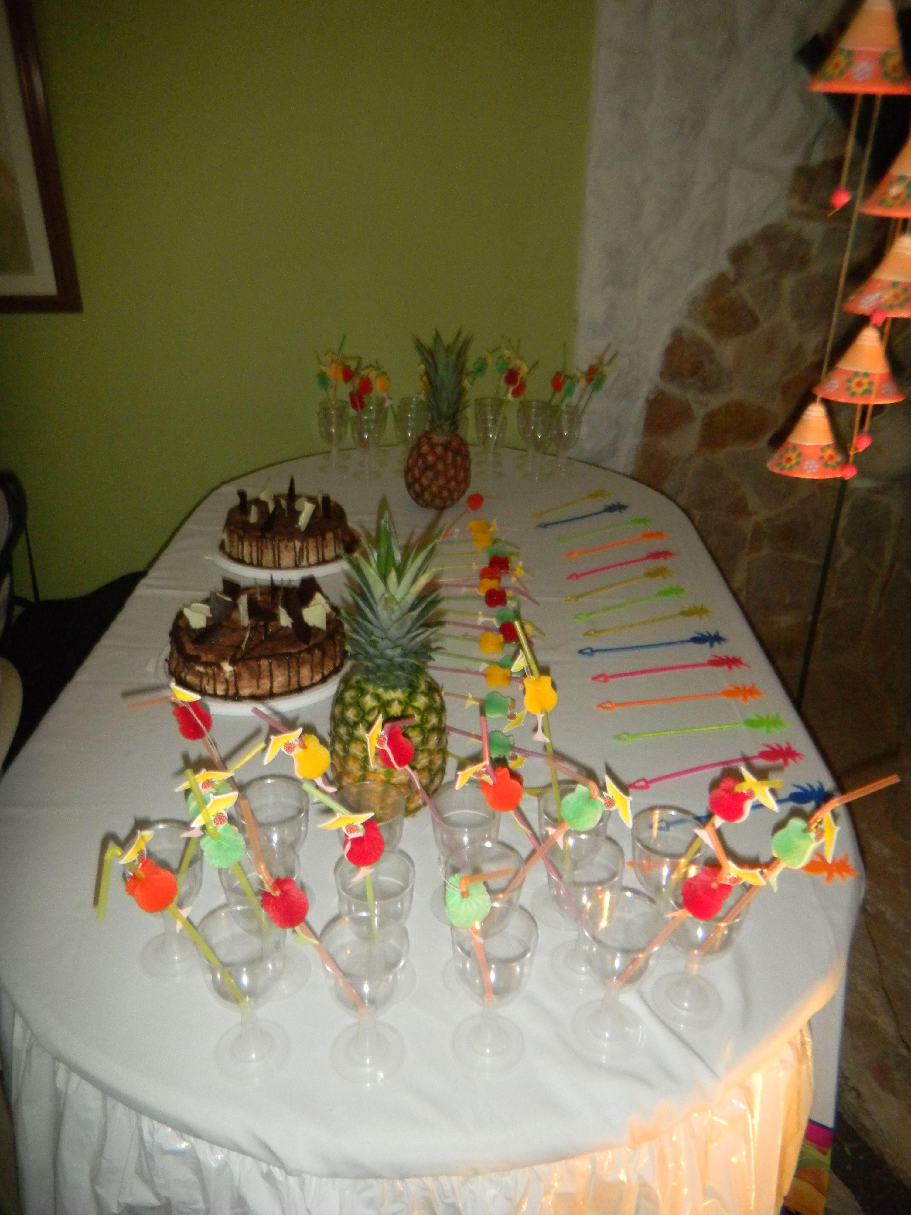 Mesa decorada para fiesta hawaiana con pi as genovesas y - Centros de mesa con pinas ...