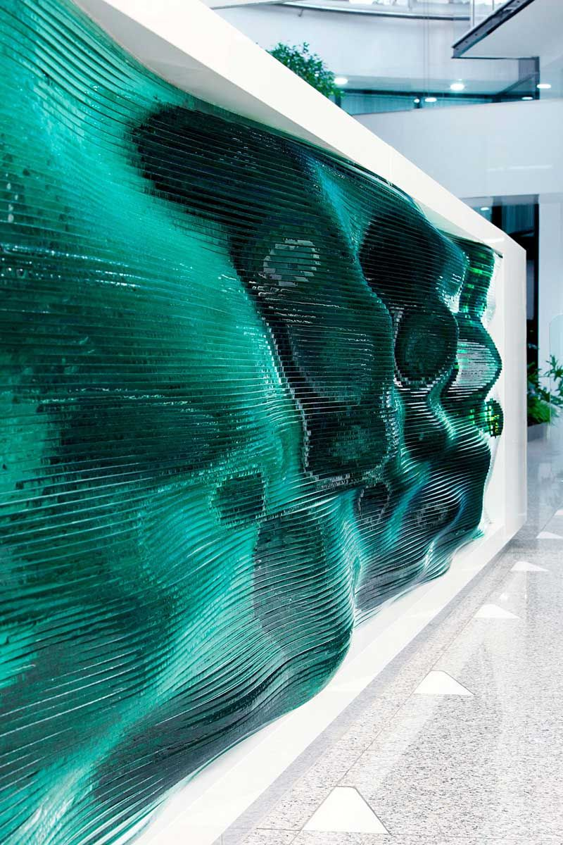 A Reception Desk Made by Stacking Layers of Glass | Glas, Rezeption ...
