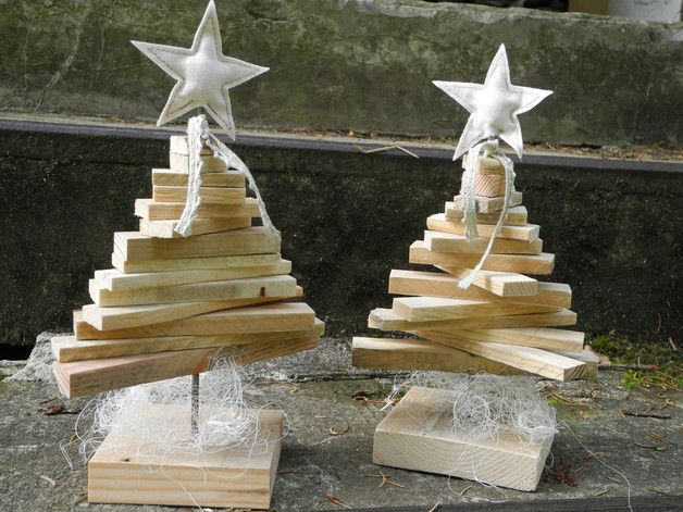 Kleine, Nostalgische Weihnachtsbäume Aus Palettenholz. Die Bäume Werden  Durch Einen Eisenstab Zusammengehalten.Als