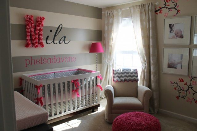 chambre-bébé-fille-rose-gris-papier-peint-rayures-gris-blanc-lampe