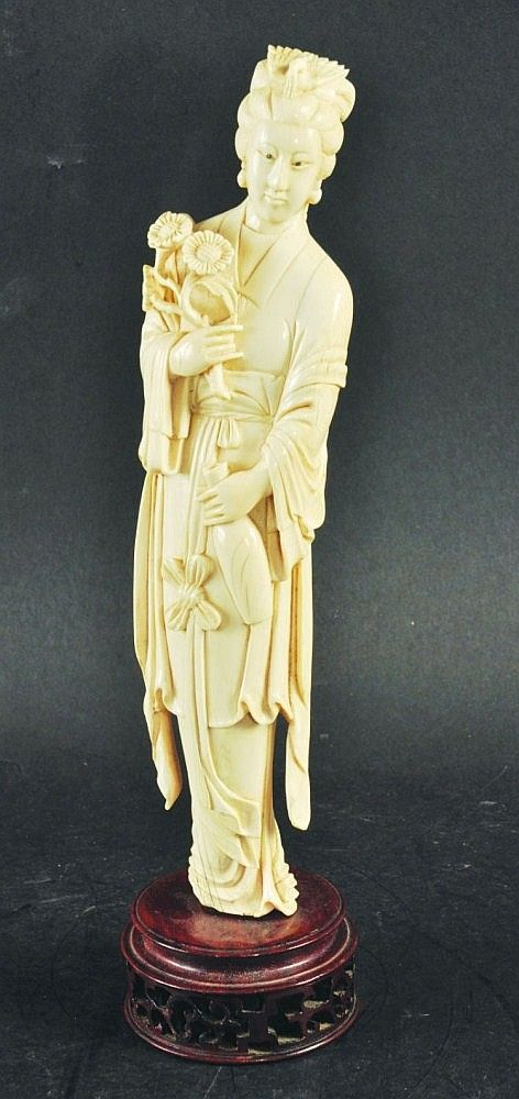 4b2eaa3a6 AN EARLY 20TH CENTURY CHINESE IVORY CARVING OF A LADY
