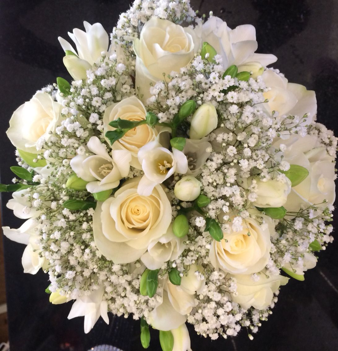 Freesia Roses And Gypsophila Cream And Green Bouquet Baby S Breath And Roses Wedding Flower Bouquet Bridal B Dekoration Hochzeit Brautstrauss Brautstrauss Rosen