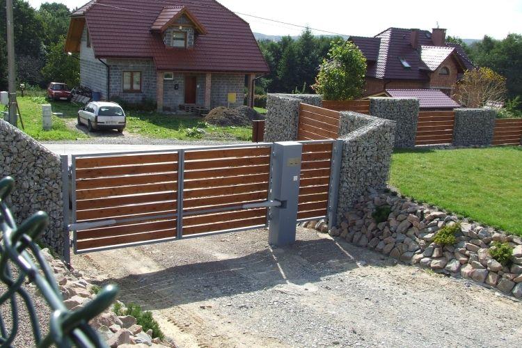 Gabionenwand Gabionenzaun Moderne Gartengestaltung Holz Rasen Haus