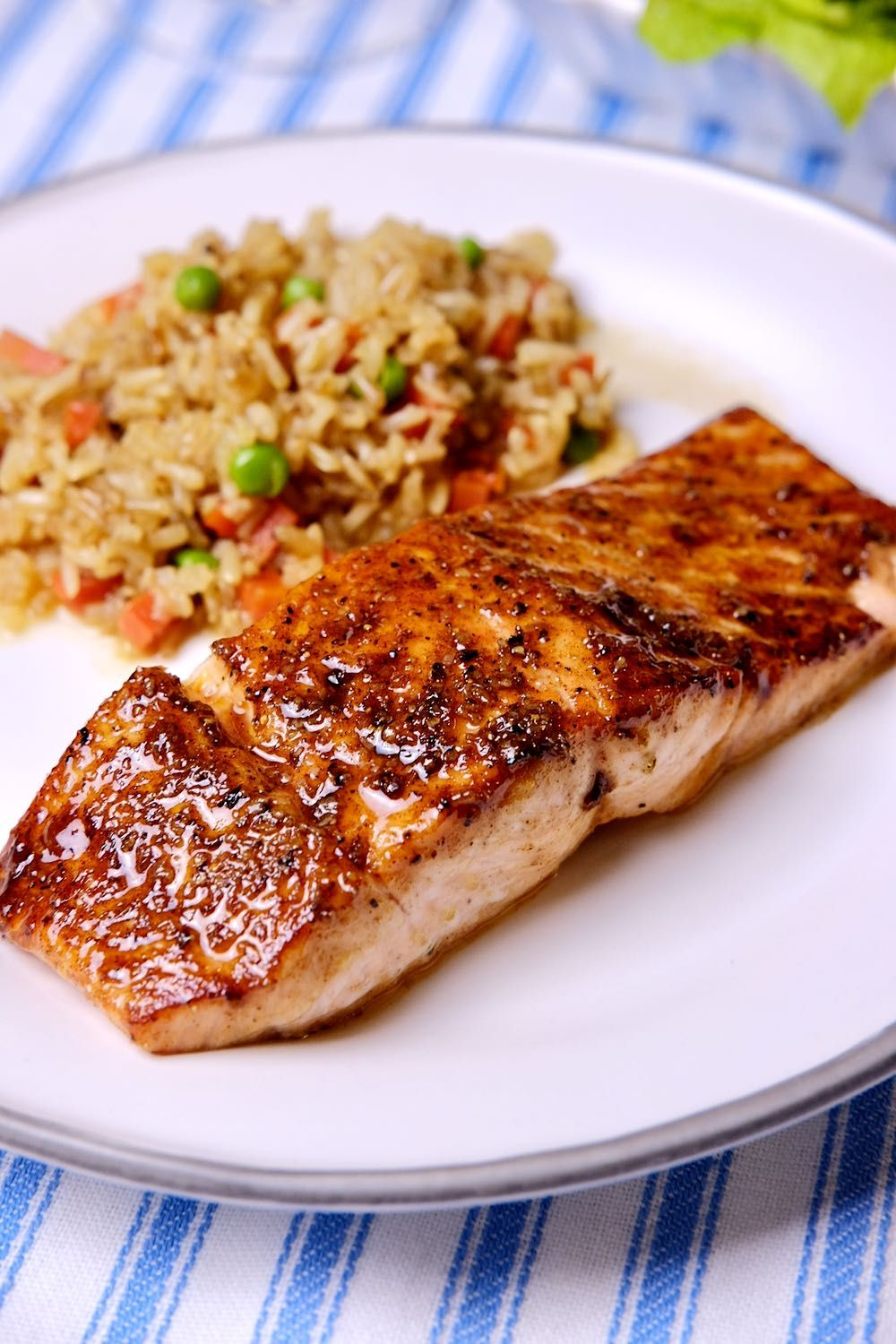 Make this easy bbq pan-seared salmon in under 30 minutes. This recipe starts with a simple rub sprinkled over the salmon. This dish brings the flavors of summertime barbecue to the table year round. #miascucina #salmonrecipes #easydinnerrecipes #salmonrecipeshealthy #salmonrecipesbaked #easyfishrecipes #healthydinnerrecipes #bakedfishrecipes #lowcaloriemeals #wwfreestylerecipes #smartpointrecipes #barbecuefishrecipe